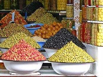 Большая разновидность оливок на по цвету и по форме