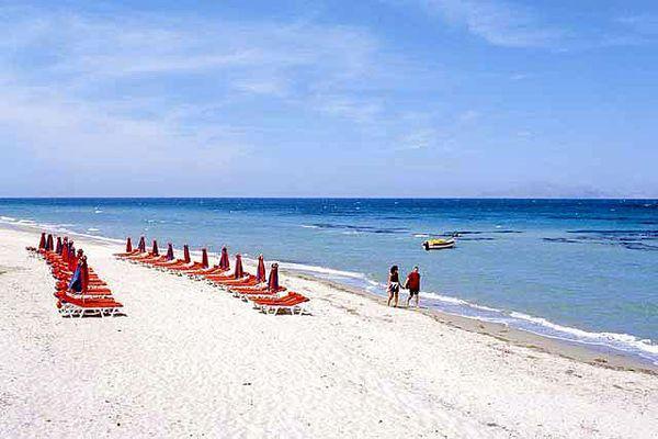 На пляже развитая инфраструктура с удобствами для отдыхающих