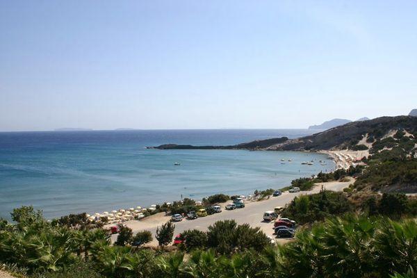 Вблизи пляжной зоны имеются кафе и таверны для отдыхающих
