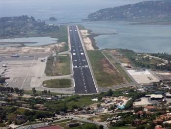 Вид на взлётную полосу одного из островных аэродромов Греции