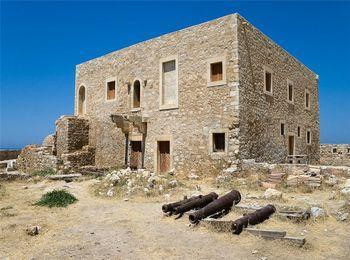 Археологический музей, напротив крепости