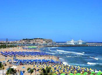 Городской пляж в Ретимно, недалеко от отеля