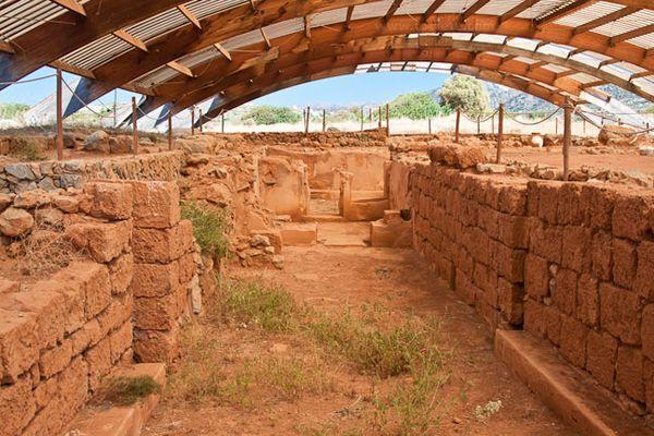 В здании имелись погреба, мастерские