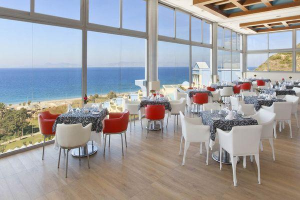 В отеле есть кафе и ресторан с видом на море