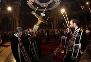 В церкви снимают с Креста  фигуру Христа