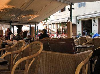 Вокруг площади есть множество ресторанчиков