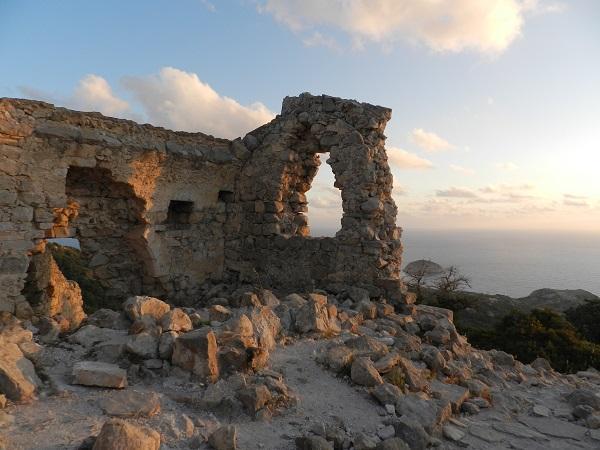 Полуразрушенная крепость
