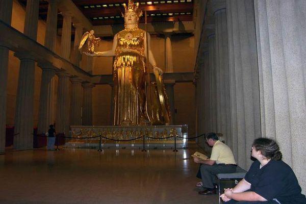 Статуя находится в национальном музее Афин