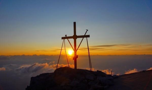 Афонский крест в лучах заходящего солнца