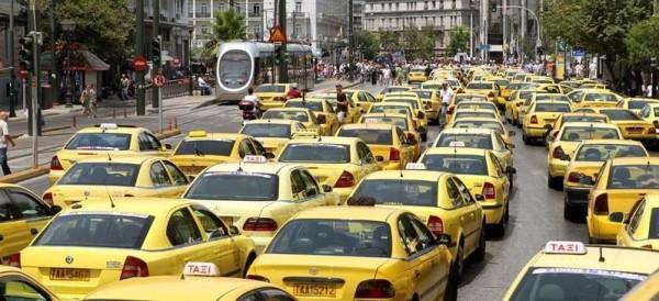 Транспорт в Афинах: желтые такси в ожидании пассажтров