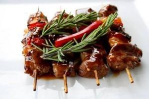 Сувлаки на тарелочке с приправами и красным перцем