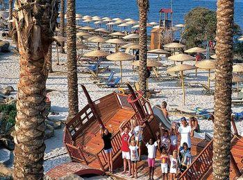 Мелкогалечная пляжная зона гостиничного комплекса