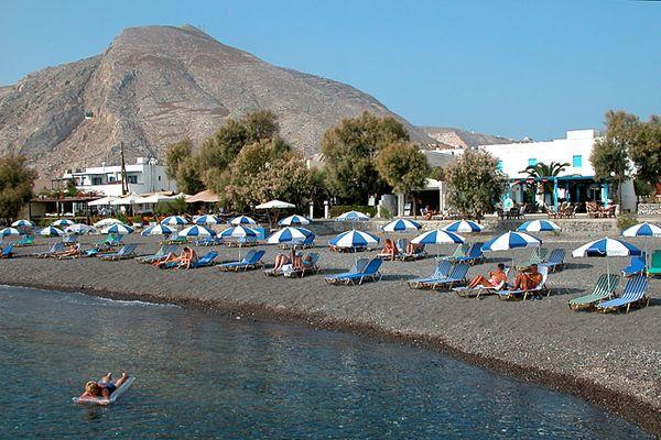 Галечно-песочный пляж Санторни Камара, недалеко от Theoxenia Hotel