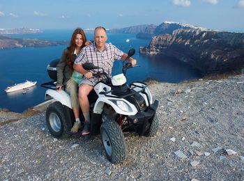 Туристы на фоне залива острова Санторини