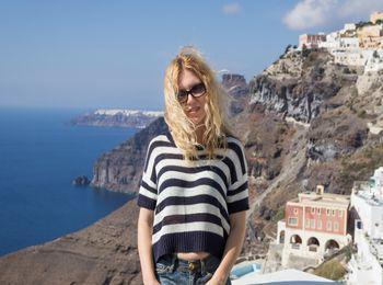 Турист на фоне залива и скал острова