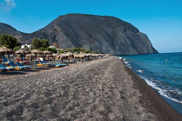 Галечно-каменистый пляж недалеко от отеля Canaves Oia Suites