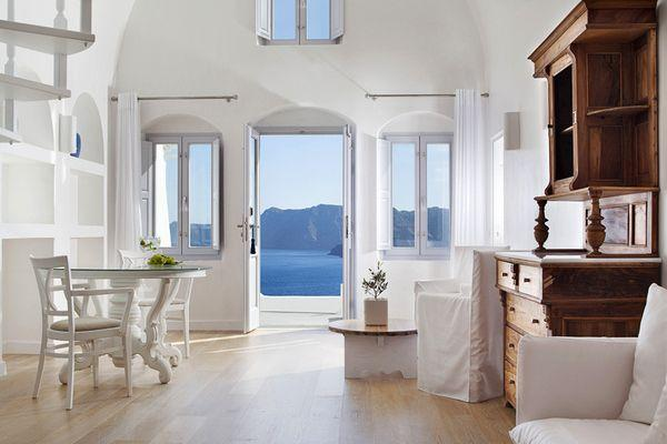 Kirini Suites & Spa 5: белый номер в классическом стиле с видом на море
