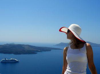 Девушка на фоне залива острова Санторини