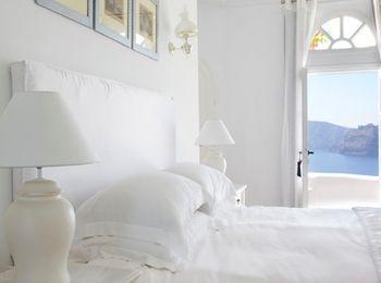 Номер в классическом стиле с мебелью белого цвета и видом на залив