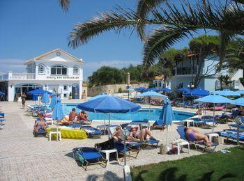 Отдых у бассейна отеля