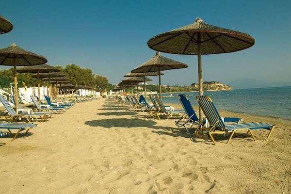 Песчаный пляж гостиничного комплекса