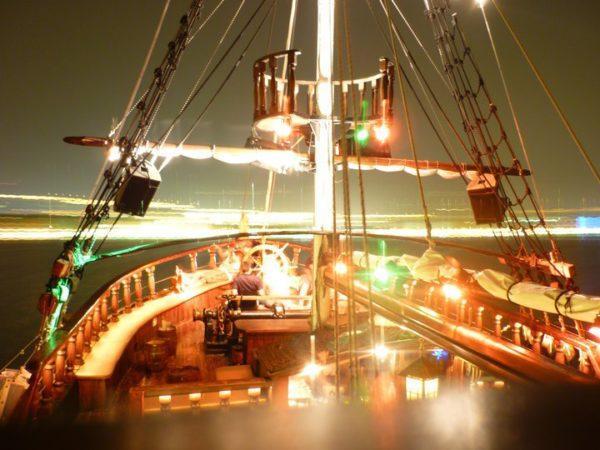 """Корабль-бар """"Арабелла"""", работающий рядом с Башней"""